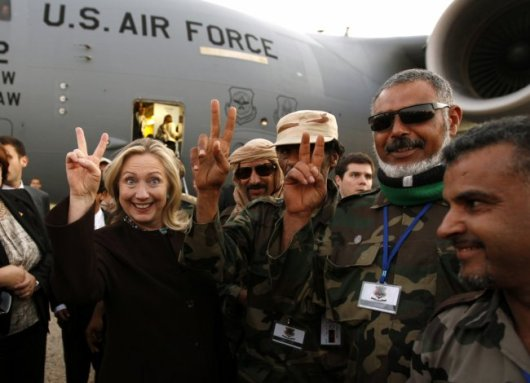 Hillary with Libyan soldiers--victory sign
